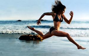 beauty_running_on_beach-1440x900