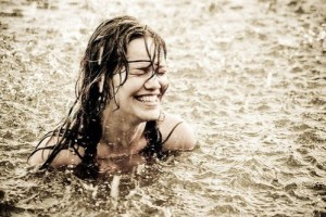 girl,rain,smile,bath,fun,wet-158a657e2042046b03859663f244f047_h